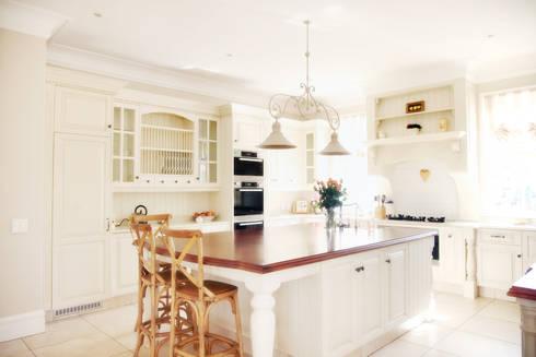 Saddlebrook Estate: classic Kitchen by Vision Tribe