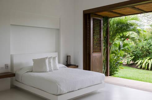 Habitación y cama en mamposteria: Habitaciones de estilo moderno por NOAH Proyectos SAS
