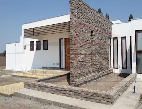 PROYECTO CASA MOLINA : Casas de estilo moderno por alvarez arquitecto