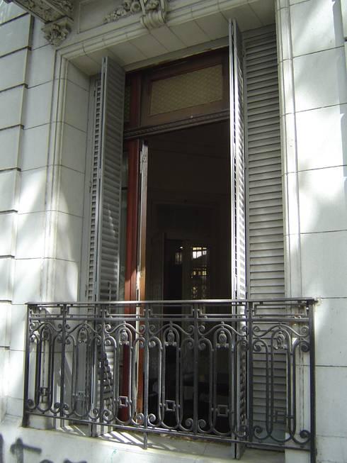 Estado original - ventana de fachada : Casas de estilo moderno por arq.c2