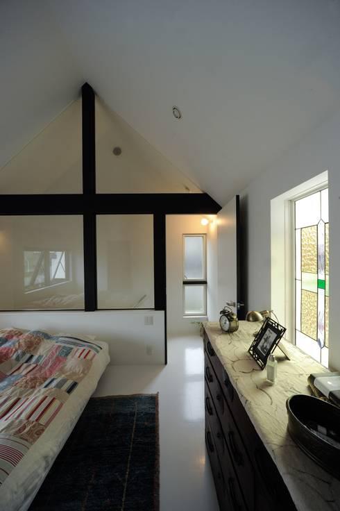 親世帯寝室: 石川淳建築設計事務所が手掛けた寝室です。
