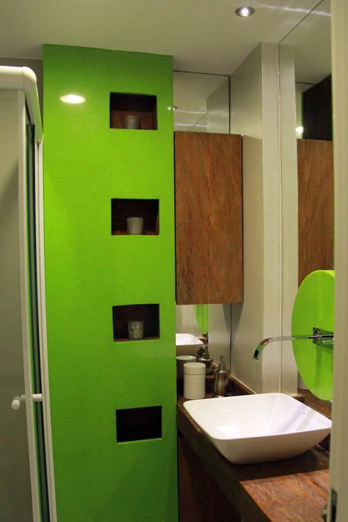 Banheiro social: Banheiros  por STUDIO CALI ARQUITETURA E DESIGN