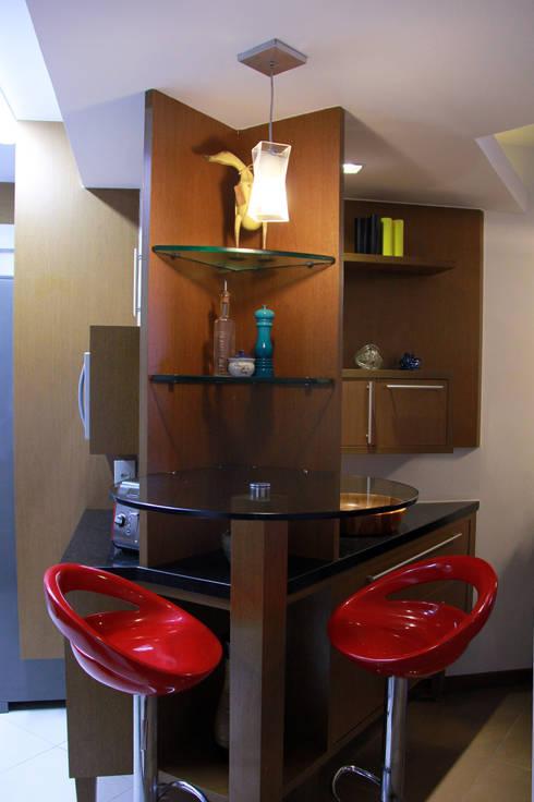 Mesa bistrô integrada: Salas de jantar  por STUDIO CALI ARQUITETURA E DESIGN