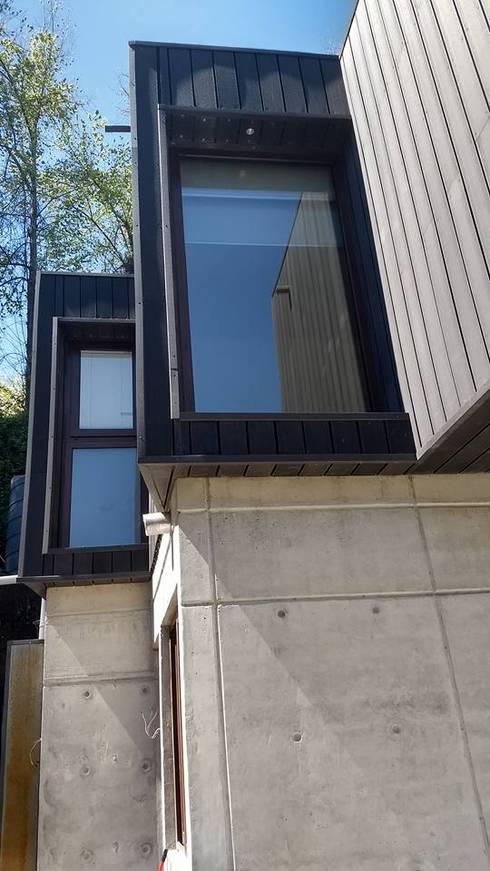 DETALLE VENTANAS DORMITORIO PRINCIPAL Y BAÑO EN SUITE: Casas de estilo  por arquiroots