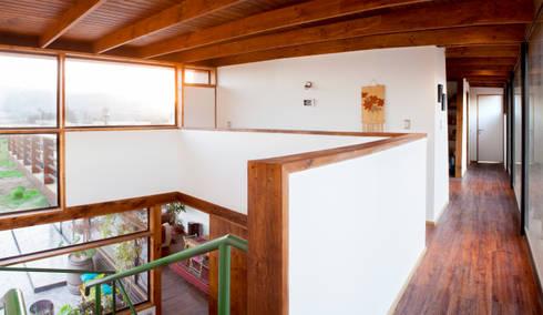 DOBLE ALTURA HALL DE ACCESO: Pasillos y hall de entrada de estilo  por arquiroots