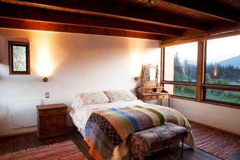 DORMITORIO PRINCIPAL: Dormitorios de estilo moderno por arquiroots