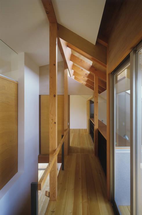 南庭の家 / House in Kobe: 杉山圭一建築設計が手掛けた廊下 & 玄関です。