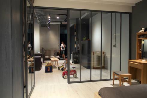 金屬框玻璃隔間:  臥室 by 日常鉄件製作所
