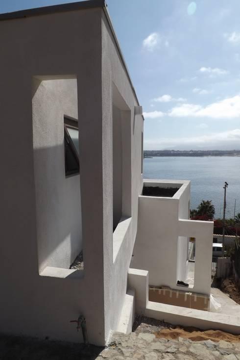 DETALLE FACHADA DE ACCESO: Casas de estilo moderno por arquiroots