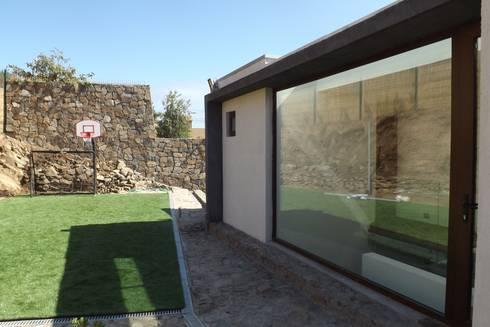 DETALLE FACHADA PATIO: Casas de estilo moderno por arquiroots