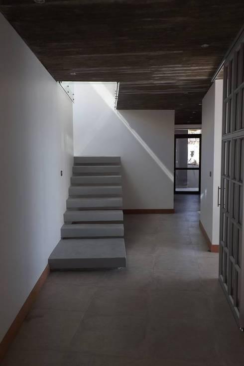 ESCALERA DE HORMIGON ARMADO : Escaleras de estilo  por arquiroots