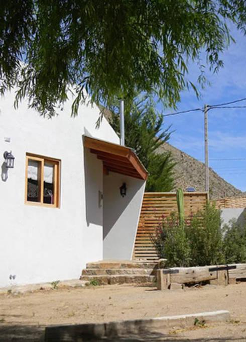 FACHADA DE ENTRADA: Casas de estilo rústico por arquiroots