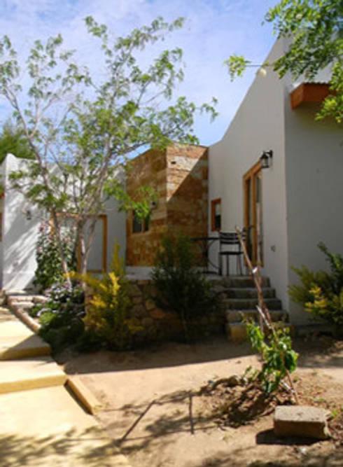 FACHADA DE PATIO: Casas de estilo rústico por arquiroots