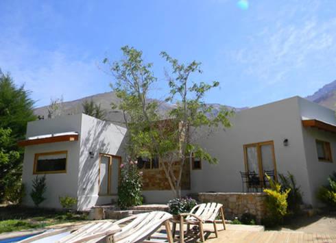 FACHADA : Casas de estilo rústico por arquiroots