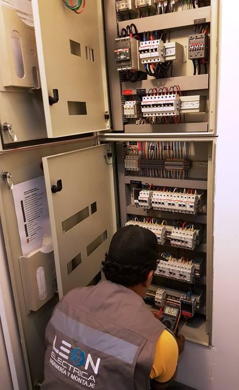 Regularización eléctrica Oficinas EELAW: Salas multimedias de estilo  por INGEMOPRO