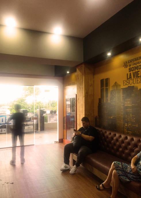 Sala de espera: Espacios comerciales de estilo  por Diseñador Paul Soto