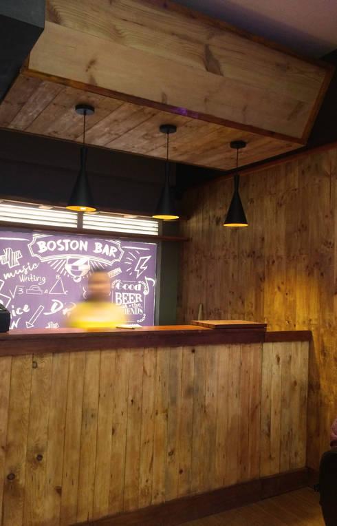 Bar: Bares y discotecas de estilo  por Diseñador Paul Soto