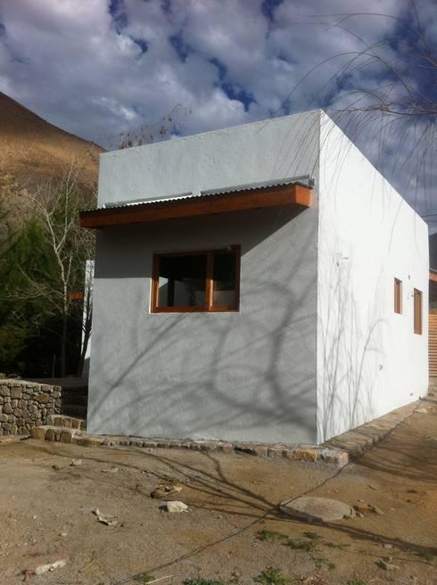 FACHADA: Casas de estilo rústico por arquiroots