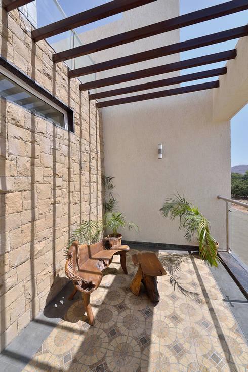 CUBE House:  Terrace by SAGA Design