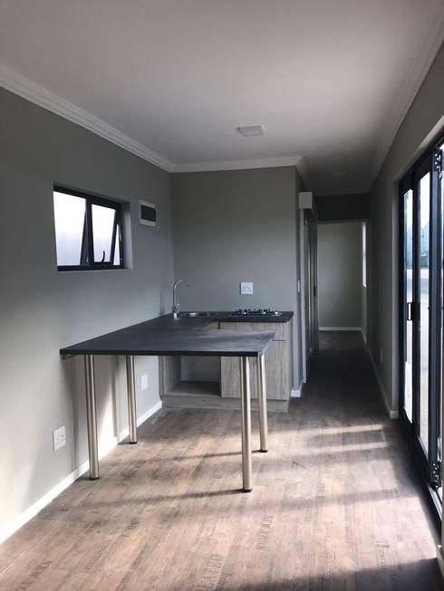 Bella: minimalistic Living room by Berman-Kalil Housing Concepts