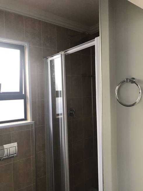 Bella: minimalistic Bathroom by Berman-Kalil Housing Concepts