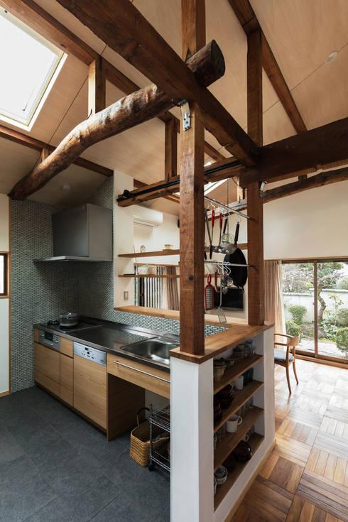 愛でる家: 山本嘉寛建築設計事務所 YYAAが手掛けたキッチンです。