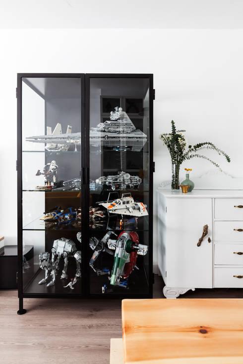 Vitrina de estilo industrial diseñada a medida para colección: Salones de estilo industrial de Dimeic