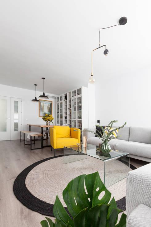 Vista lámparas de techo en zona de comedor y zona de salón: Salones de estilo escandinavo de Dimeic