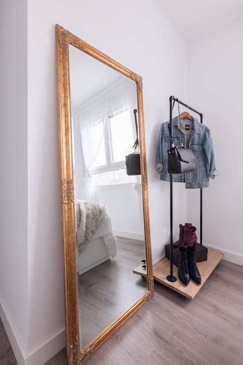 Burro para almacenar ropa diseñado a medida y espejo vintage dorado: Dormitorios de estilo industrial de Dimeic
