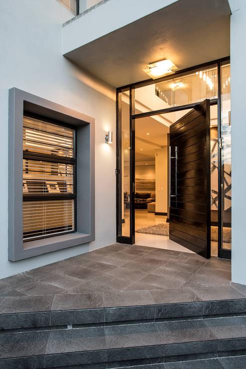 Puertas de estilo  por Inso Architectural Solutions
