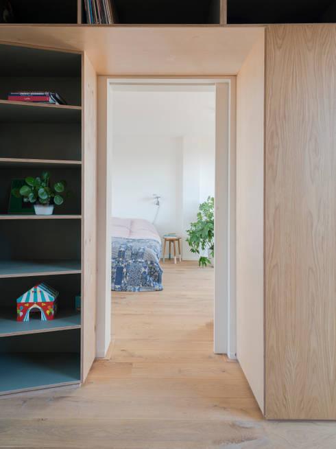 Detail of cupboard:  Schuin dak door Kevin Veenhuizen Architects