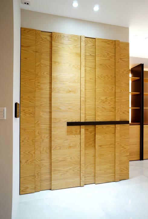 全室案例-基隆市楊宅:  走廊 & 玄關 by ISQ 質の木系統家具