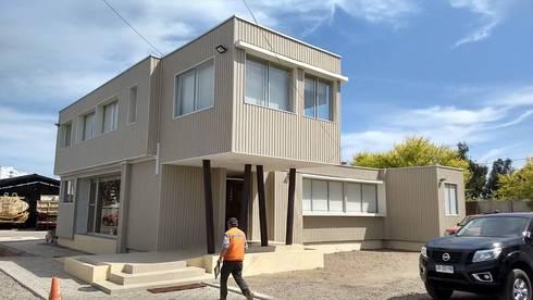 FACHADA: Casas de estilo moderno por arquiroots