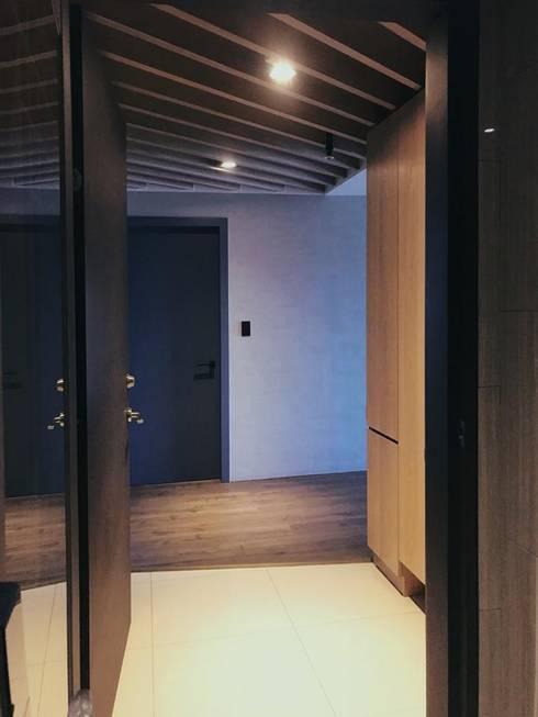真愛:  走廊 & 玄關 by 畫室內設計