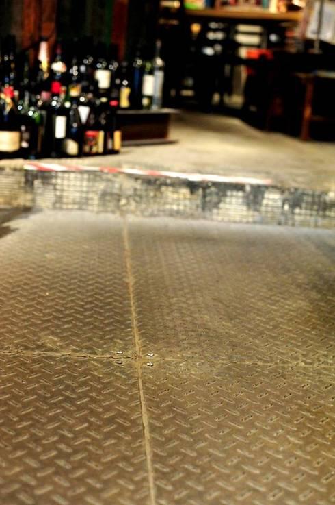 地面鋪設 鋼板面材:  酒吧&夜店 by 艾莉森 空間設計