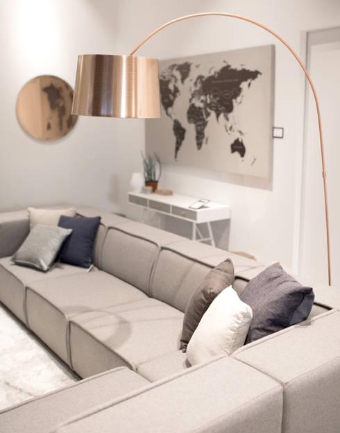 Sofa Carmo: Sala de estar  por BoConcept Lisboa