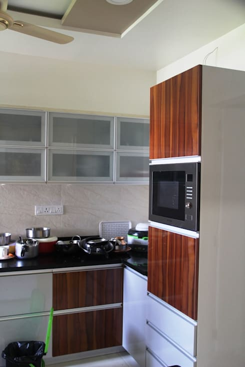 Apartment at 24K Undri, Pune: minimalistic Kitchen by Finch Architects