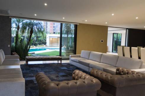 casa pance : Salas de estilo moderno por astratto