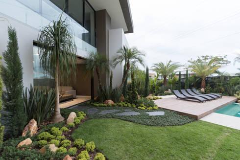 casa pance : Jardines de piedra de estilo  por astratto