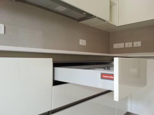 Progetto Cucina Bianca Laccata Lucida di Formarredo Due design 1967 ...