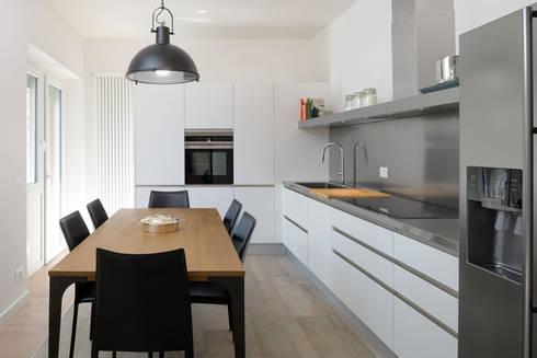 Roma, Garbatella – residenza privata: Cucina attrezzata in stile  di Patrizia Burato Architetto
