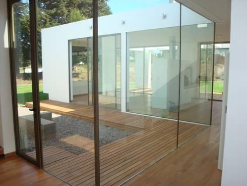 78_CasaMarbella_Vivienda: Pasillos y hall de entrada de estilo  por Rakau Construcción + Arquitectura