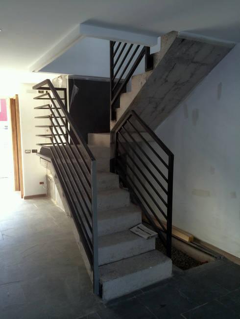 128_CasaVirgo_Vivienda: Escaleras de estilo  por Rakau Construcción + Arquitectura