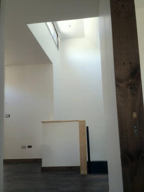 128_CasaVirgo_Vivienda: Estudios y biblioteca de estilo  por Rakau Construcción + Arquitectura