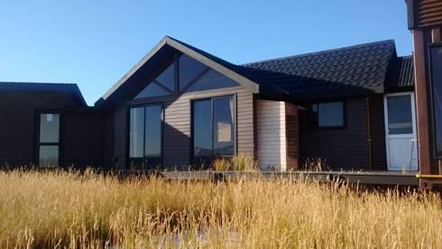FACHADA PRINCIPAL: Casas de estilo moderno por BE ARQUITECTOS