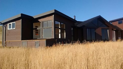 FACHADA LATERAL: Casas de estilo moderno por BE ARQUITECTOS