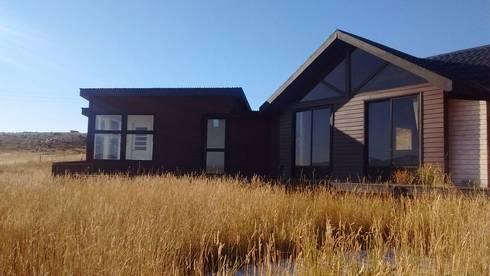 FACHADA TRASERA: Casas de estilo moderno por BE ARQUITECTOS