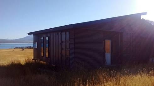 FACHADA: Casas de estilo moderno por BE ARQUITECTOS