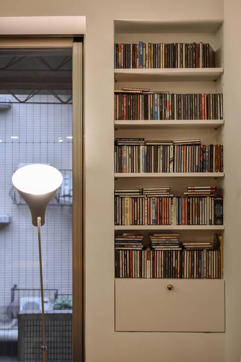 沙發旁的CD小架也成為美麗的一景:  客廳 by 王采元工作室