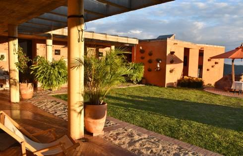 Casa Anolaima: Jardines de estilo rural por Polanco Bernal Arquitectos